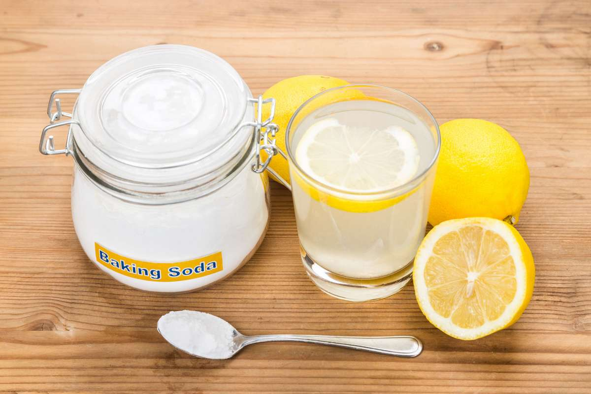baking soda with lemon juice in glass